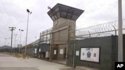 Gerbang menuju Kamp 5 dan Kamp 6 di penjara Teluk Guantanamo, Kuba.