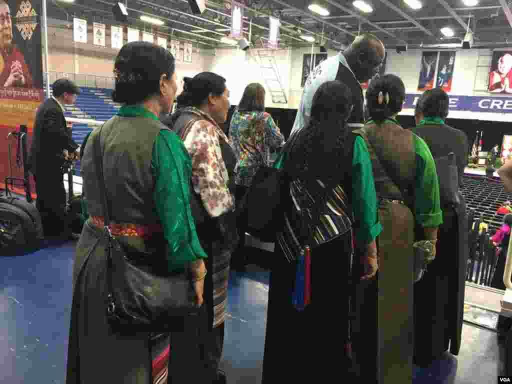 观众开始安检入场,达赖喇嘛公开演说将于1:30在美国大学开始。很多藏族人士身着传统服饰参加。