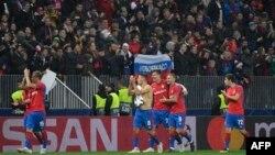 Para pemain CSKA Moscow menyapa para pendukungnya setelah laga Grup G Piala Liga Champions antara CSKA Moscow melawan Real Madrid di Stadion Luzhniki, Moscow, 2 Oktober 2018.