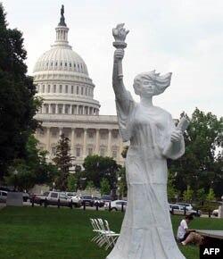 民主女神像在美国国会前