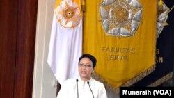 Menteri Luar Negeri Retno LP Marsudi memberikan sambutan sebelum membuka seminar Bandung Conference And Beyond di UGM, 10 April 2015 (Foto: VOA/Munarsih).