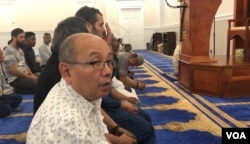 Suasana salat di Masjid Imaam Center, di Silver Spring, negara bagian Maryland, Sabtu, 10 Agustus 2019. (Foto: Gandira Pratama, Yogi Leksono/VOA)