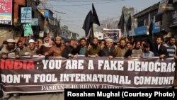 پاکستانی زیر انتظام کشمیر کے شہر مظفر آباد میں بھارتی یوم جمہوریہ کے خلاف کشمیریوں کا مظاہرہ۔ 26 جنوری 2018