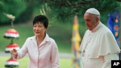 Presiden Korea Selatan Park Geun-hye, kiri, bersama Paus Fransiskus setelah upacara penyambutan di rumah kepresidenan Blue House di Seoul, Korea Selatan, 14 Agustus 2014.