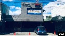 Verónica Chávez asegura que las instalaciones de 100% Noticias en Nicaragua siguen vigiladas por las fuerzas de seguridad del gobierno.