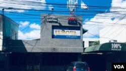 Entrada principal del edificio de Canal de TV 100% Noticias, en Managua, Nicaragua.