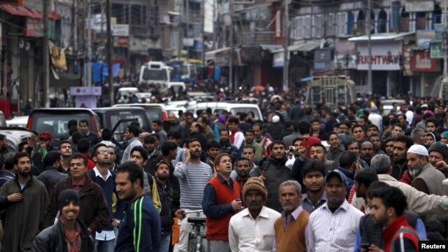 La gente ha salido a la calle vaciando edificios luego del fuerte terremoto que se ha sentido en Srinagar,la ciudad india más grande en el valle del Kashmir.