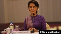 မေလးရွားႏိုင္ငံက Negri Sembilian ရဲစခန္းကို IS ၿခိမ္းေျခာက္ေရးသားပို႔လိုက္တဲ့စာထဲမွာ မေလးရွား၀န္ႀကီးခ်ဳပ္နဲ႕ ၀န္ႀကီးအခ်ိဳ႕အပါအ၀င္ ေဒၚေအာင္ဆန္းစုၾကည္ အမည္ကိုလည္း ထည့္သြင္းထားၿပီး အသက္အႏၱရာယ္ျခိမ္းေျခာက္ထားတယ္လို႔ မေလးရွား သတင္း ေတြမွာ ေဖာ္ျပပါတယ္။ (Photo- Myanmar State Counsellor FB )