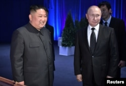 Russia's President Vladimir Putin (R) and North Korea's leader Kim Jong Un attend a present-exchanging ceremony following their talks in Vladivostok, Apr. 25, 2019.