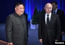 Russia's President Vladimir Putin (R) and North Korea's leader Kim Jong Un attend a present-exchanging ceremony following their talks in Vladivostok, Apr. 25, 2019.