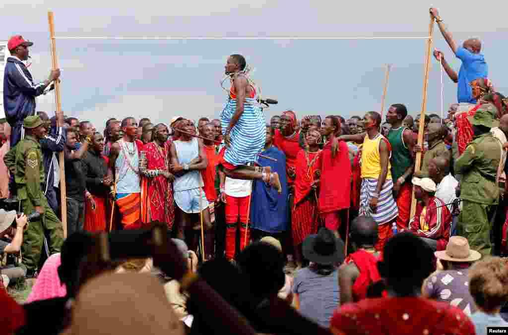 លោក Tipape Lekatoo មកពីកុលសម្ព័ន្ធ Mbirikani Manyatta ប្រកួតនៅក្នុងព្រឹត្តិការណ៍លោតកម្ពស់ប្រពៃណី នៅក្នុងការប្រកួតអូឡាំពិក Maasai Olympics ឆ្នាំ២០១៨ នៅជម្រកសត្វព្រៃ Sidai Oleng ប្រទេសកេនយ៉ា កាលពីថ្ងៃទី១៥ ខែធ្នូ ឆ្នាំ២០១៨។