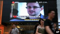Vesti o Edvardu Snoudenu na velikom televizoru u jednom šoping molu u Hong Kongu