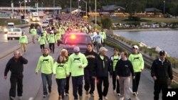 密西根州州长里克.斯奈德(右5)步行跨过麦基诺桥,庆祝劳动节54周年