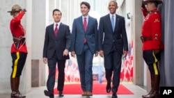 29일 캐나다 오타와에서 만난 바락 오바마 미국 대통령, 쥐스탱 트뤼도 캐나다 총리, 엔리케 페냐 니에토 멕시코 대통령(오른쪽부터)이 캐다다 국립미술관을 함께 둘러보고 있다.