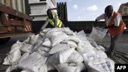 Công nhân ở cảng Kenya chất lương thực cứu trợ của UNICEF lên tàu để đưa đến Somalia