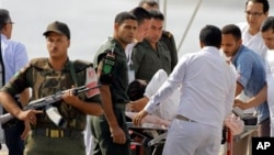 Cựu Tổng thống Ai Cập Hosni Mubarak được các nhân viên y tế và nhân viên an ninh đưa đến tòa án, 25/8/13