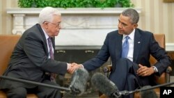 President Barack Obama (r) shakes hands with Palestinian President Mahmoud Abbas in the Oval Office at the White House, March 17, 2014.