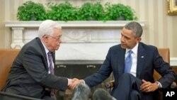바락 오바마 미국 대통령(오른쪽)이 17일 백악관에서 마흐무드 압바스 팔레스타인 자치정부 수반과의 회담 도중 악수하고 있다.