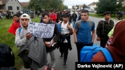 Migranti i izbeglice prolaze kroz Novu Pazovu na putu prema granici s Mađarskom