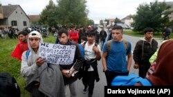 Migranti i izbeglice prolaze kroz Novu Pazovu na putu prema granici s Mađarskom (Darko Vojinović, AP)