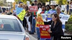 """Grupos comunitarios y sindicales protestan en Miami contra eventuales recortes a programas sociales a causa del """"abismo fiscal""""."""