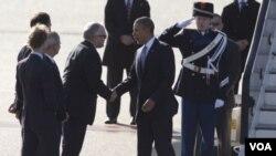 ປະທານາທິບໍດີ ສະຫະລັດ ທ່ານ Barack Obama (ຂວາ) ໄດ້ຮັບການຮັບຕ້ອນຈາກ ລັດຖະມົນຕີຕ່າງປະເທດ ເນເທີແລນ ທ່ານ Frans Timmermans (ຊ້າຍ)