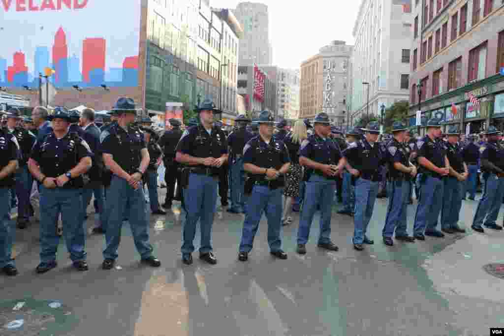 پلیس در مقابل معترضان.