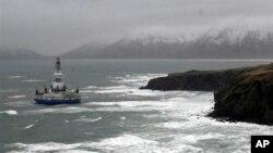 Kapal pengeboran minyak dekat Pulau Kodiak, Alaska. (Foto: Dok)