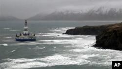 Буровая платформа Royal Dutch Shell проводит бурение в Арктике.