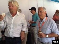 """阿斯彭学会会长艾萨克森(右)和英国巨富,""""维京集团""""主席布兰森(Richard Branson)在阿斯彭思想节(美国之音宁馨拍摄)"""