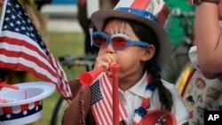 8歲的美國亞裔小姑娘Hana Cho 在加州聖塔莫尼卡參加遊行慶祝美國獨立日。(2017年7月4日)