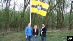 """Zastava """"Liberlanda"""" na ničijoj zemlji izmedju Srbije i Hrvatske.1. maj, 2015."""