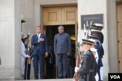 美国国防部长卡特在五角大楼欢迎印度防长帕里卡尔到访(2016年8月29日,美国之音黎堡拍摄)