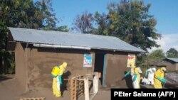 Abakozi mu gisata c'amagara y'abantu bariko barapompa ku rugo rw'uwanduye Ebola, mu buseruko bwa RDC. Hari kw'itariki ya 27 y'ukwezi kwa cumi na kabiri, 2018.