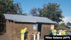 Wafanyakazi wa afya wakinyunyiza nyumba dawa katika kitongoji cha Tchomia, eneo lililokuwa na mlipuko wa Ebola mashariki mwa DRC, Septemba 27, 2018.