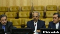محمد نهاوندیان(وسط) به همراه عباس عراقچی (چپ) و حسن قشقاوی(راست) در کمیسیون برجام مجلس