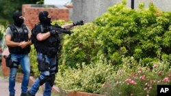 Polisi anti teror Perancis melakukan penggerebekan di Saint-Etienne-du-Rouvray, Normandy, pasca serangan atas sebuah gereja di sana, Selasa (26/7).