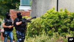 Policija pretražuje Saint-Etienne-du-Rouvray u Normandiji u Francuskoj, nakon napada na crkvu u kojem je ubijen svećenik.