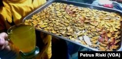 Contoh minuman mengandung curcumin yang terbuat dari tanaman obat herbal Indonesia, yang mampu menangkal virus korona (Foto: VOA/ Petrus Riski)
