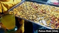 Endonezya'da, Corona virüsüne karşı korunmada yararlı olduğu iddia edilen bitkisel çay