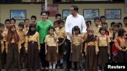 Presiden Jokowi dan ibu negara Iriana Widodo saat mengunjungi SD di Palangkaraya, Kalteng tahun lalu (foto: dok). Kementerian Agama akan memperbaiki materi pelajaran sejarah Nabi Muhammad SAW di SD dan SMP.