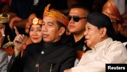 Presiden Joko Widodo dan capres nomor urut 2, Prabowo Subianto (kanan) menghadiri acara mulainya masa kampanye untuk pemilu 2019, di Jakarta, 23 September 2018.