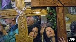 Hrišćani sa drvenim krstovima u Crkvi svetog groba u Jerusalimu