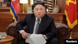 김정은 북한 국무위원장이 1월 1일 노동당 청사에서 신년사를 발표하는 모습을 북한 관영 '조선중앙통신'이 공개했다.