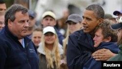 Tổng thống Obama an ủi bà Donna Vanzant, cư dân khu vực Brigantine, New Jersey bị ảnh hưởng nặng nề vì bão Sandy, ngày 31/10/2012.