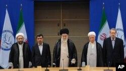 30일 이란 비동맹운동 정상회의 개막식에 참석한 아야톨라 알리 하메네이 이란 최고지도자(가운데).