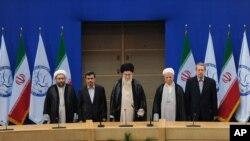 Ông Ayatollah Ali Khamenei (giữa) và các nhà lãnh đạo cao cấp của Iran tại cuộc họp Phong trào Phi liên kết ở Tehran, Iran 30/8/12