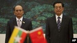 ប្រធានាធិបតីភូមា លោក Thein Sein (ឆ្វេង) និងប្រធានាធិបតីចិន លោក Hu Jintao ចូលរួមនៅក្នុងពិធីចុះហត្ថលេខាមួយនៅ មហាសាលប្រជាជាន ក្នុងទីក្រុងប៉េកាំងប្រទេសចិន កាលពីថ្ងៃទី២៧ ខែឧសភា ឆ្នាំ២០១១។