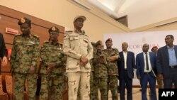 Abagize akanama ka gisirikare hamwe n'abaserukira abakoze imyiyerekano bagira batere umukono ku masezerano i Khartoum, itariki 17/07/2019.