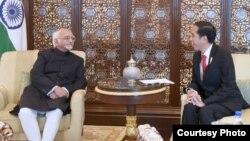 Presiden Indonesia Joko Widodo menerima kunjungan kehormatan Wapres India Mohammad Hamin Ansari (kiri) di The Leela Palace Hotel, New Delhi, India, Senin petang 12/12 (Foto courtesy: Setpres RI).